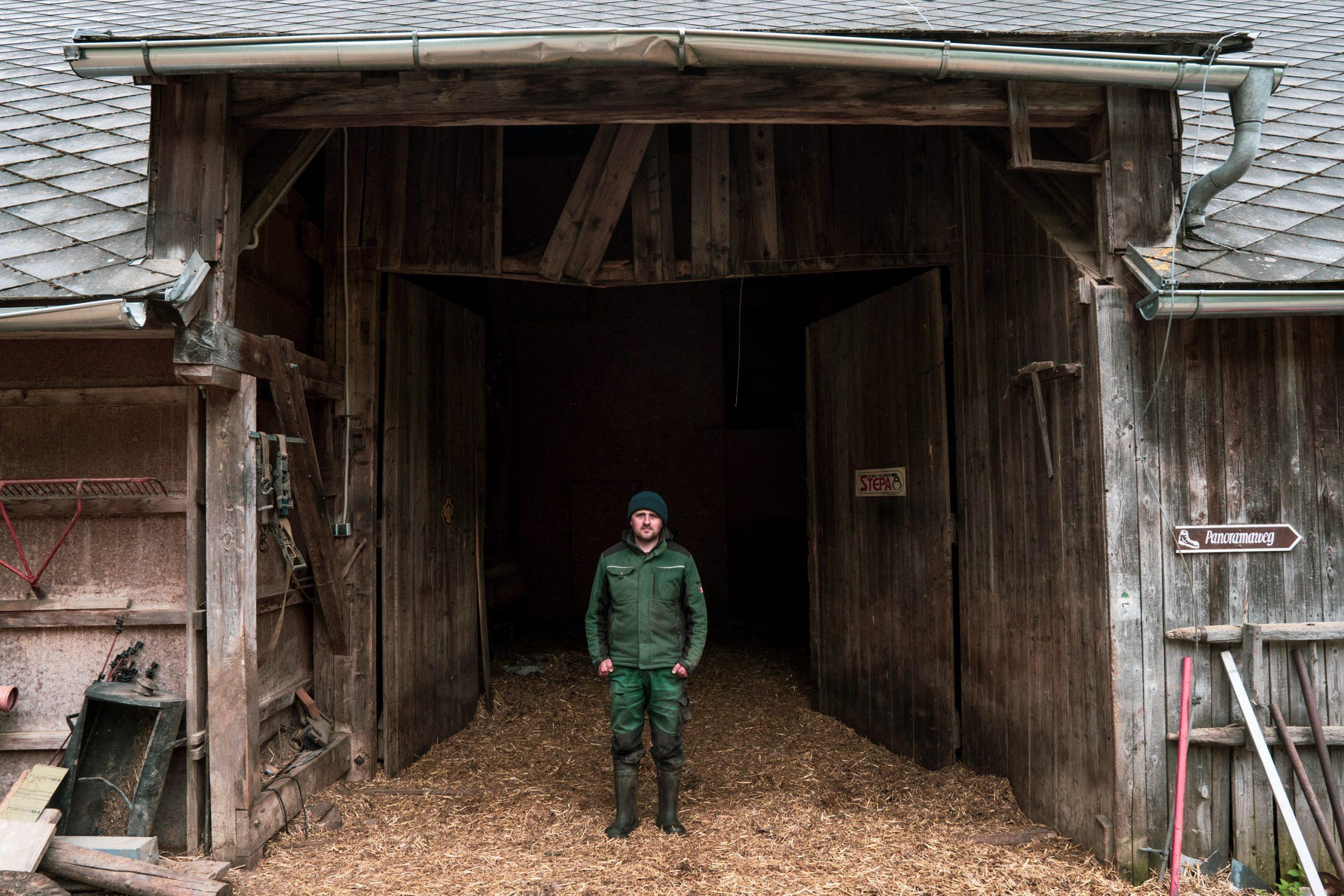 Christian Bachler vor dem Stall seines Bergbauernhofs