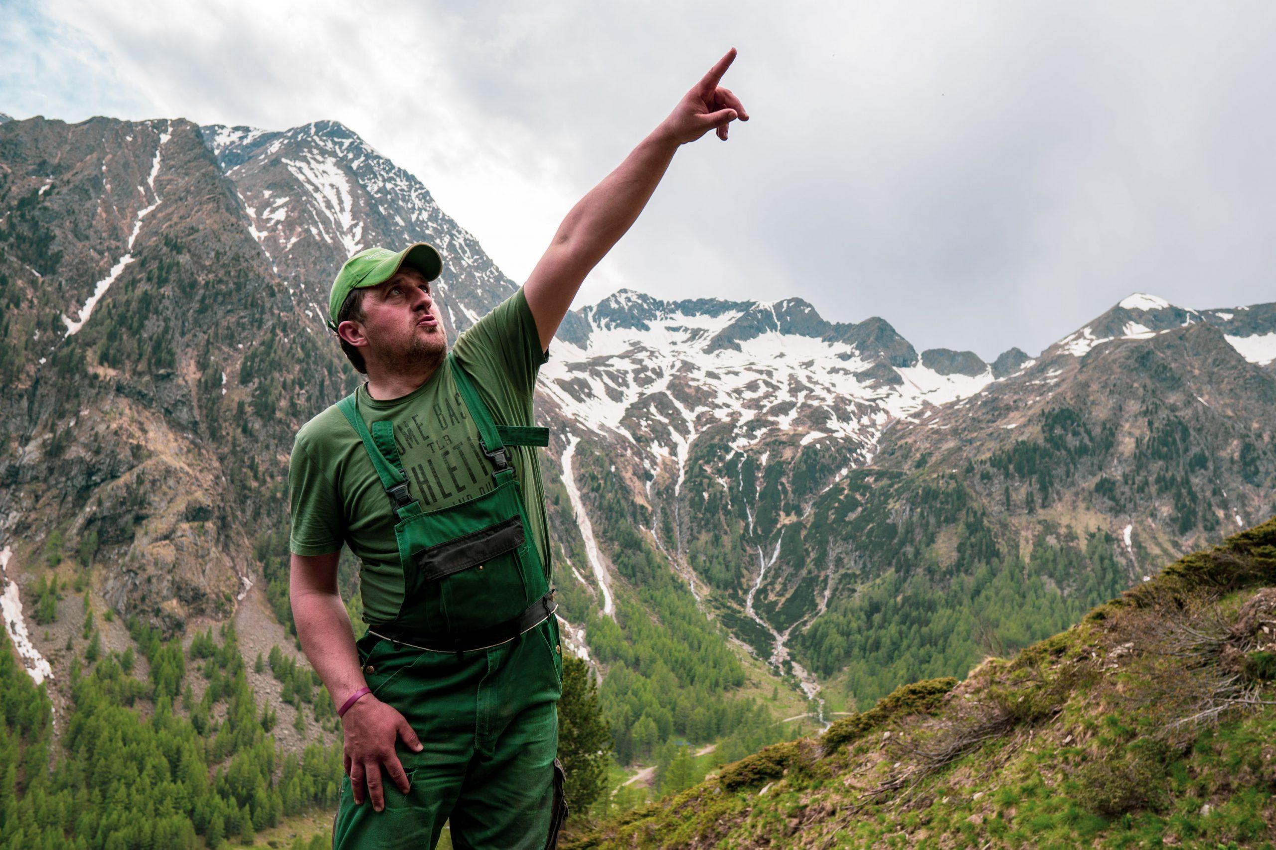 Bergbauer Christian Bachler vor Bergpanorama