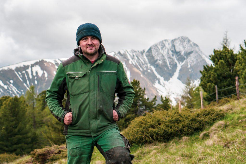 Bergbauer Christian Bachler auf der Alm vor dem Berg Preber