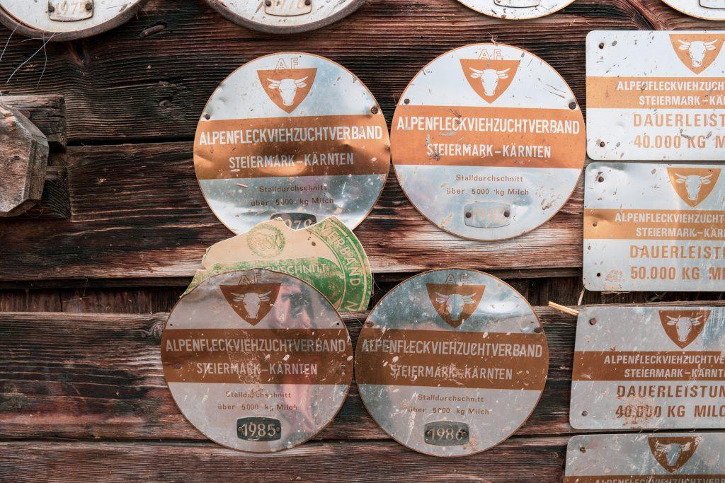 Plaketten auf Stalltür zu Milchproduktion