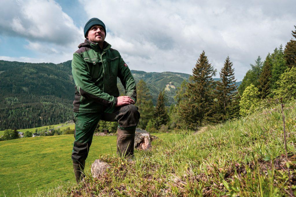 Christian Bachler erklärt den Klimawandel am Bergbauernhof anhand der Gräser